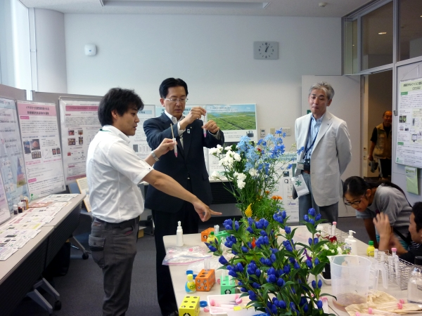 The Governor of Iwate learns a bit about Iwate floriculture.